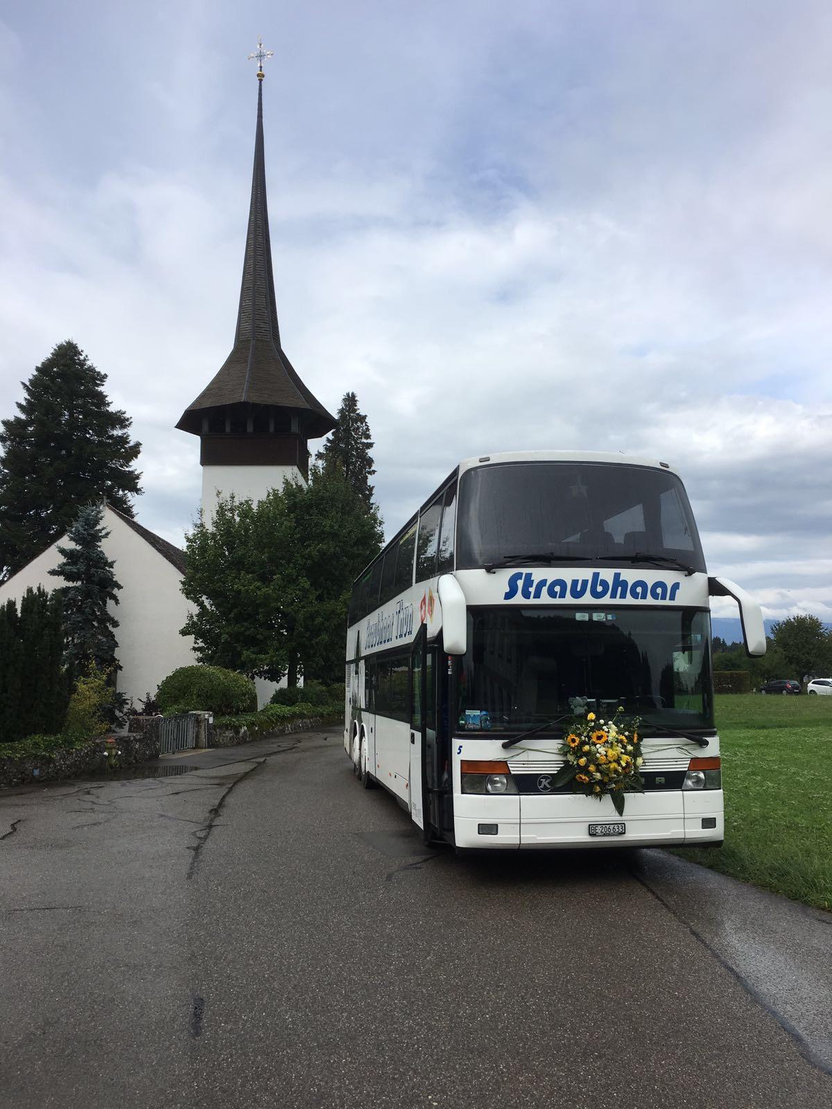 Kirchturm Bus mit Blumenschmuck