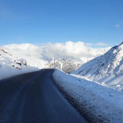 Busfahrt Berge schneebedeckt
