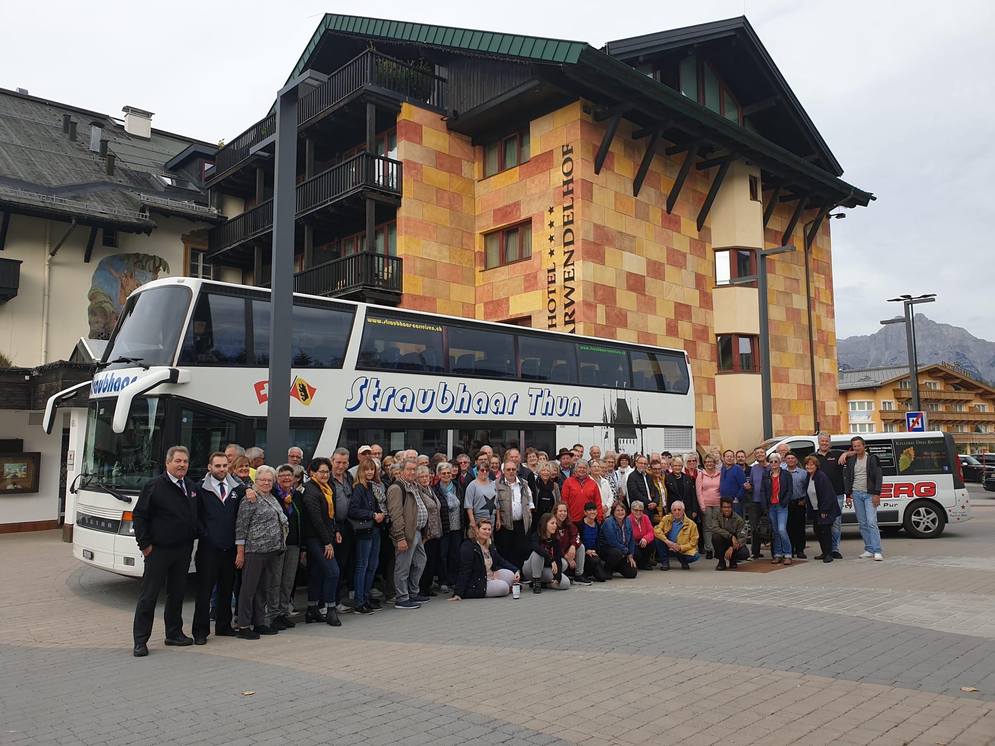Straubhaar Thun glückliche Gäste vor dem Bus